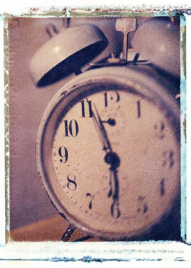 老牌葡萄酒有数字和响铃的古董闹钟 库存图片