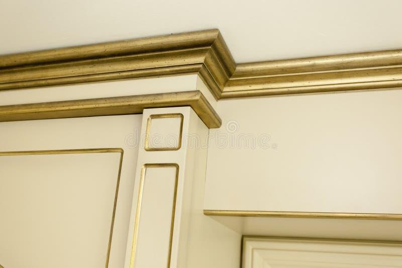 老牌金黄细节在别墅房子里 免版税图库摄影