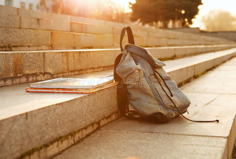老牛仔布学校背包 免版税图库摄影