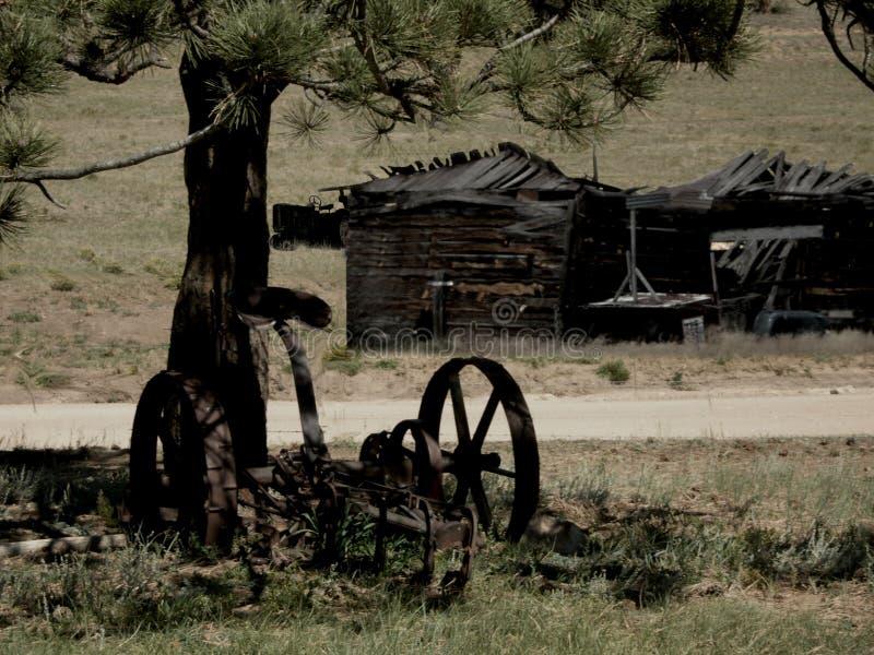 老犁和棚子在废墟 免版税库存照片