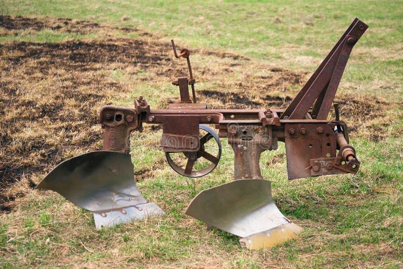 老犁拖拉机 免版税库存图片