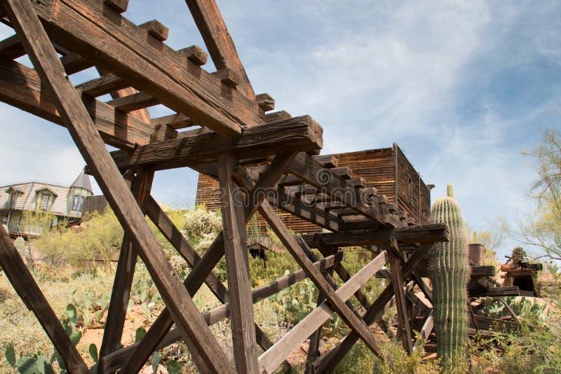 老狂放的西部亚利桑那镇金矿叉架桥 免版税图库摄影