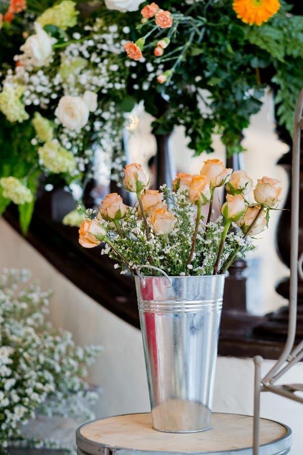 老玫瑰色婚礼装饰设置 图库摄影