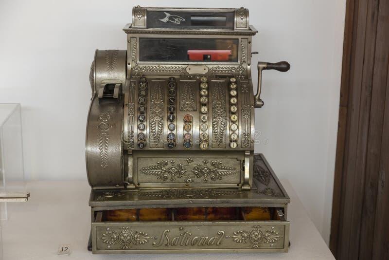 老现金箱子在尼古拉・特斯拉技术博物馆在萨格勒布,克罗地亚 免版税图库摄影