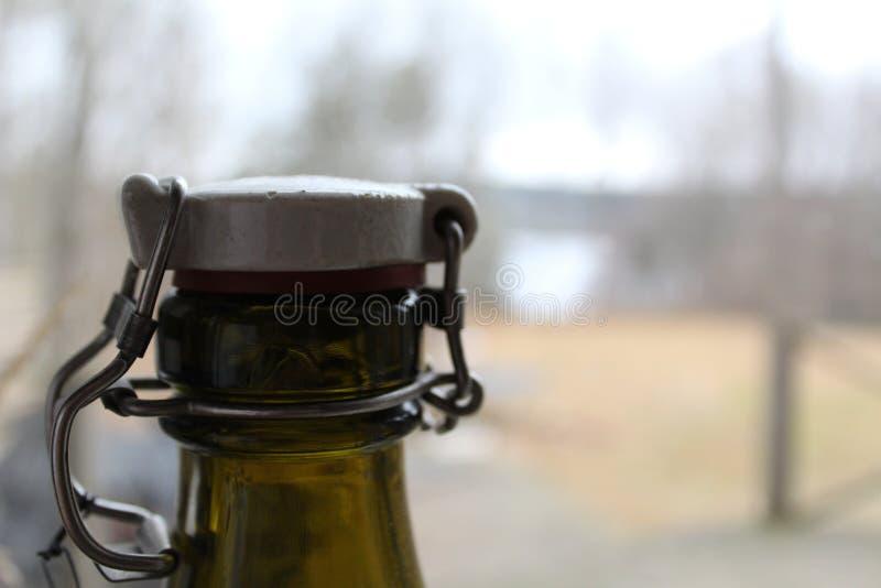 老玻璃瓶盖帽特写镜头有秋天背景 免版税库存照片