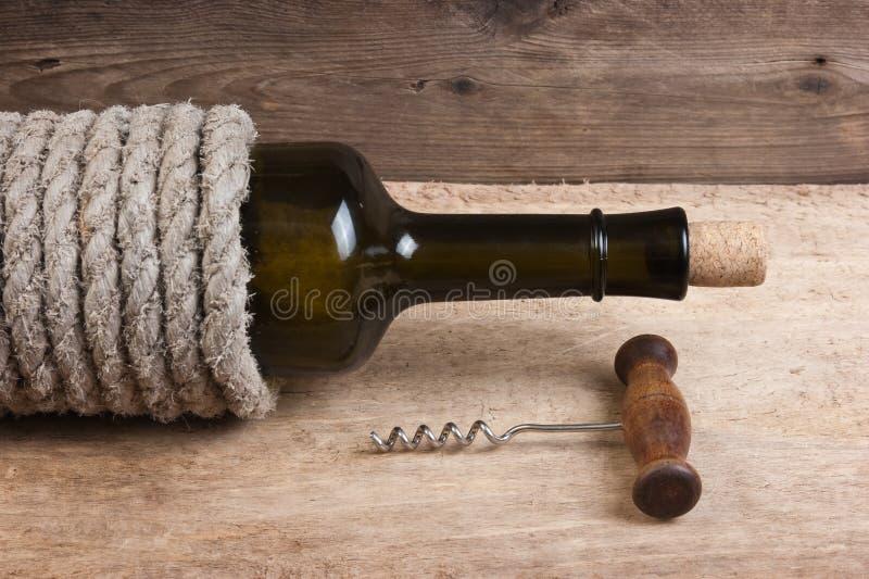 老瓶酒和拔塞螺旋 库存照片
