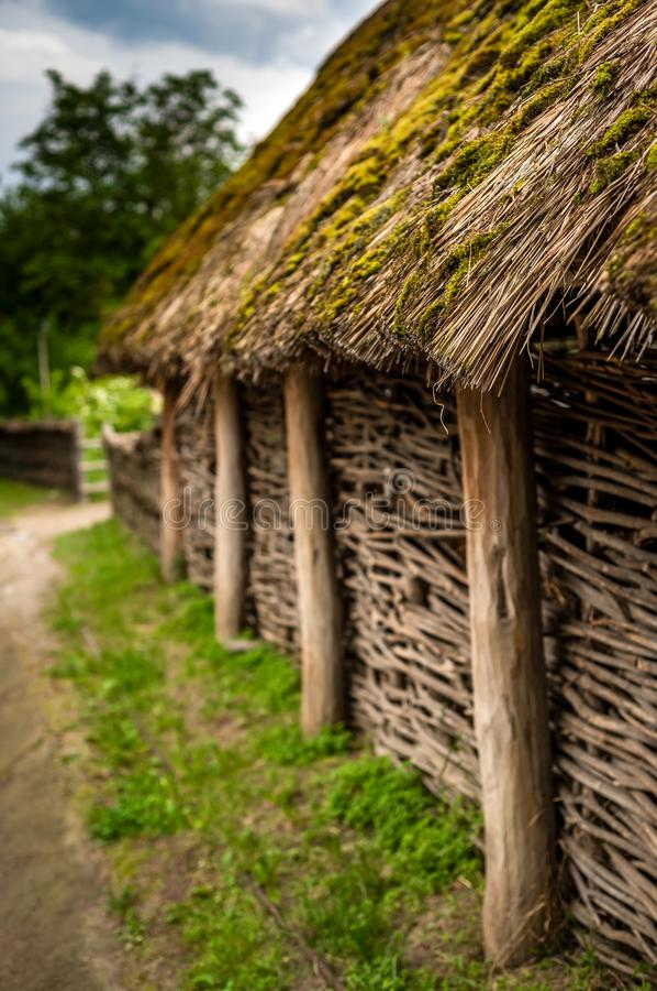 老生苔茅屋顶在传统乌克兰村庄 库存照片