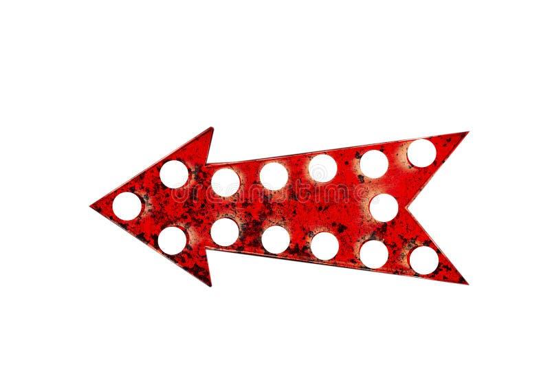 老生锈和脏的红色箭头作为与发光的电灯泡的葡萄酒明亮和五颜六色的被阐明的显示减速火箭的箭头框架 免版税库存照片