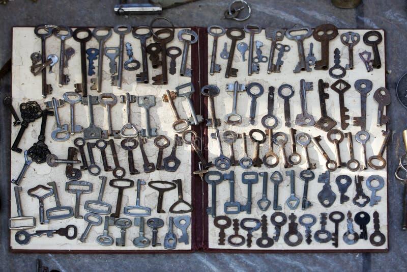 老生锈的和黄铜钥匙显示特写镜头散装装饰或汇集的卖了在跳蚤市场或车库售物上为antiqu 免版税库存照片