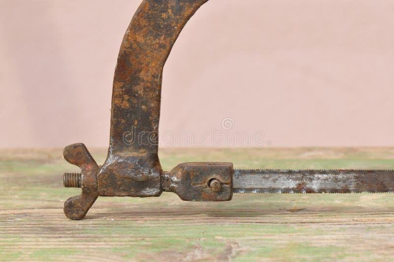 老生锈的引形钢锯 库存图片