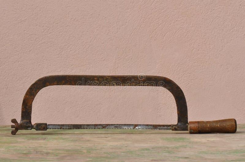 老生锈的引形钢锯 免版税库存图片