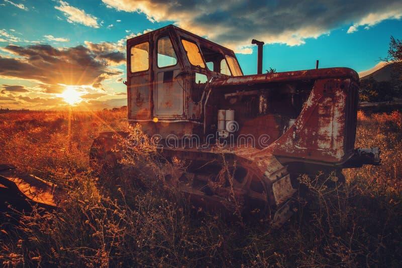 老生锈的拖拉机的HDR图象在领域的 日落射击 免版税图库摄影