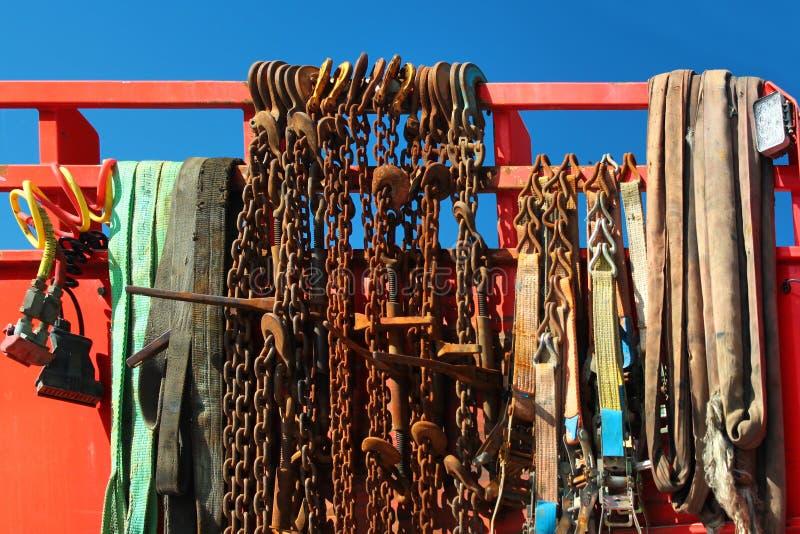 老生锈的拖曳链子和绳索 免版税库存图片