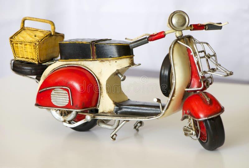 老生锈的摩托车玩具 免版税库存照片