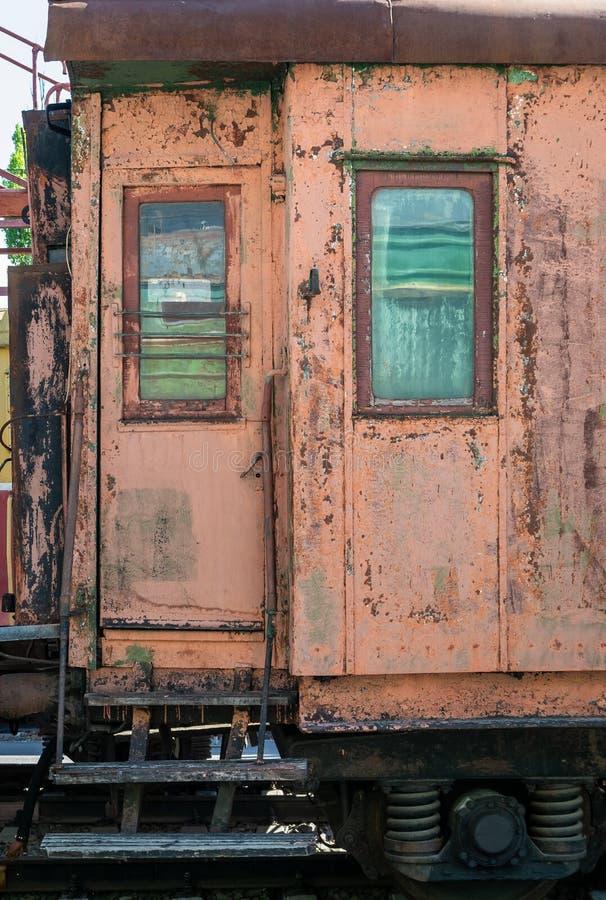 老生锈的有剥的油漆乘客铁货车 免版税库存图片