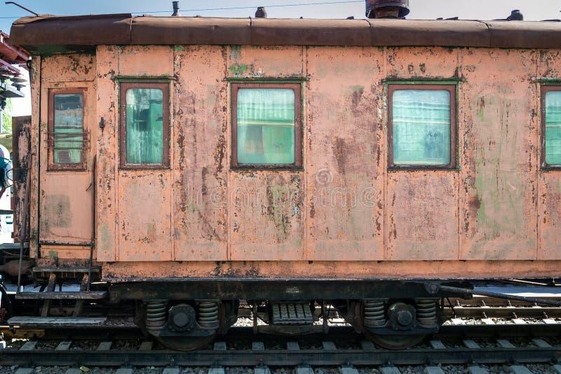 老生锈的有剥的油漆乘客铁货车 图库摄影