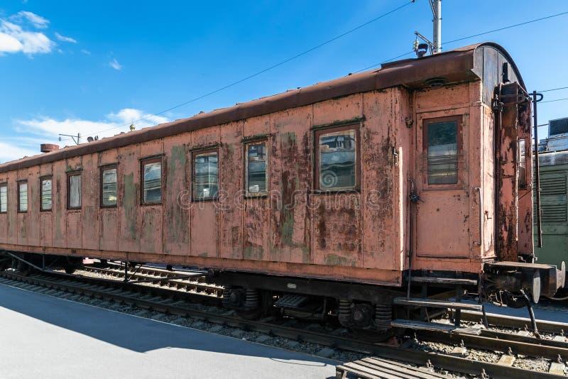 老生锈的有剥的油漆乘客铁货车 库存图片