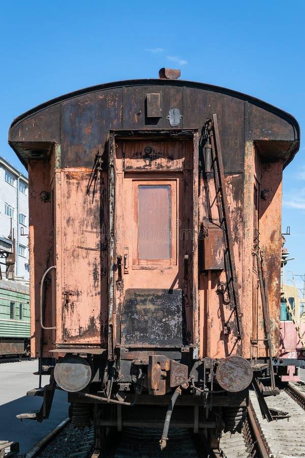 老生锈的有剥的油漆乘客铁货车 免版税库存照片