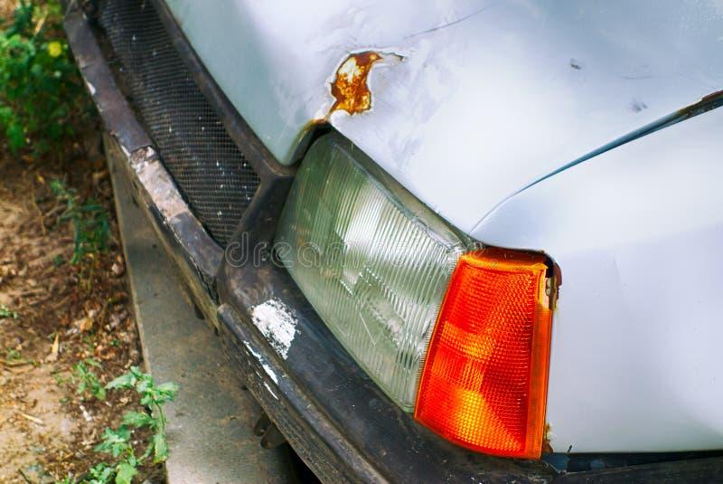 老生锈的残破的汽车车灯特写镜头  库存照片