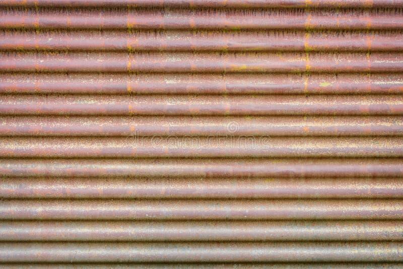 老生锈的波纹状的金属板 免版税库存图片