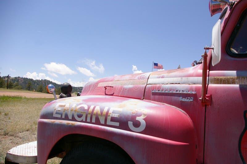 老生锈的消防车蓝天美国国旗背景 免版税库存照片