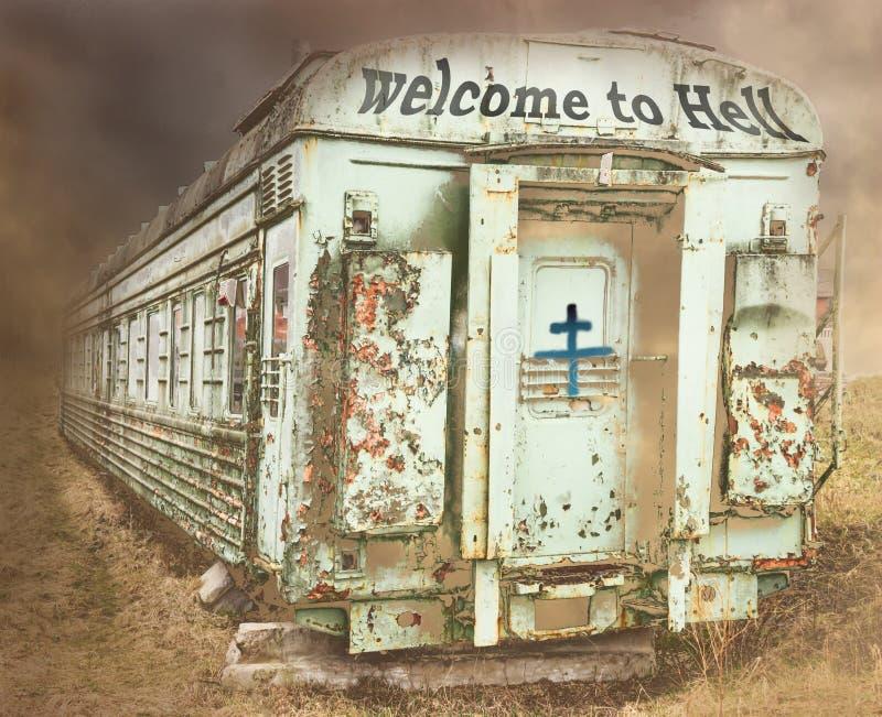 老生锈的火车 天空是黑暗的 题字是受欢迎的对地狱 免版税图库摄影
