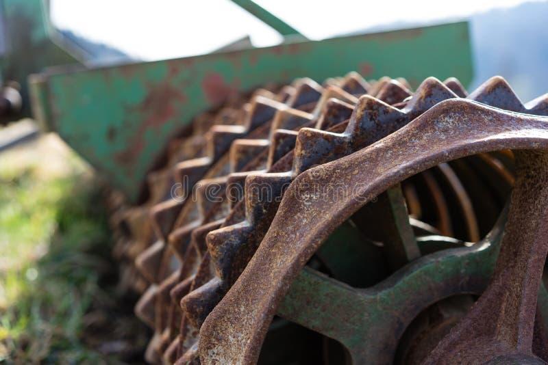 老生锈的种田的路辗农业农业机械 免版税库存图片