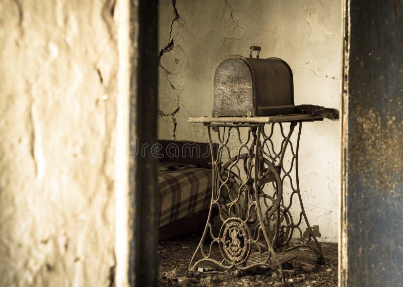 老生锈的缝纫机 免版税图库摄影