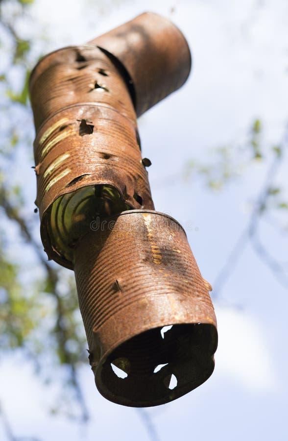 老生锈的罐头作为一个垂悬的目标 库存照片