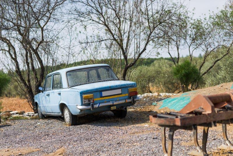 老生锈的脏的老汽车 图库摄影