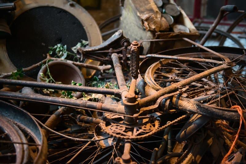 老生锈的自行车、自行车、减速火箭的汽车细节和其他在堆和等待他们的博物馆恢复的葡萄酒项目 图库摄影