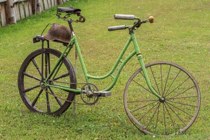 老生锈的自行车部分地恢复装饰国家庄园 免版税库存照片