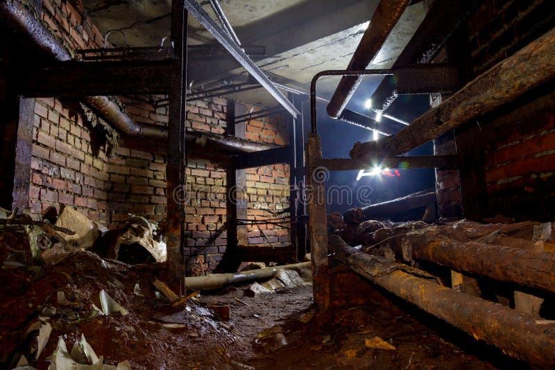 老生锈的被放弃的加热的输送管,地方无家可归的人从寒冷的地方掩藏 库存照片