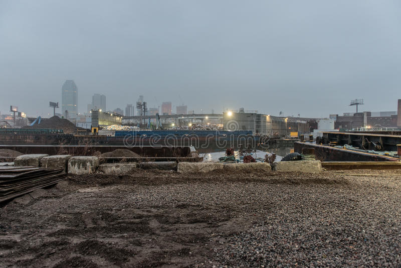 老生锈的被放弃的工业区在城市 库存照片