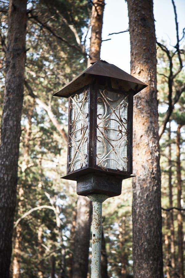 老生锈的被放弃的金属灯笼 免版税库存照片