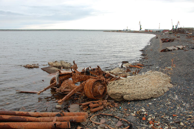 老生锈的被放弃的金属车分开在北极沿海 库存照片