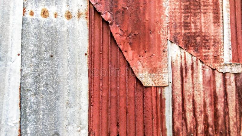 老生锈的被镀锌的,波状钢房屋板壁葡萄酒纹理背景 免版税库存图片