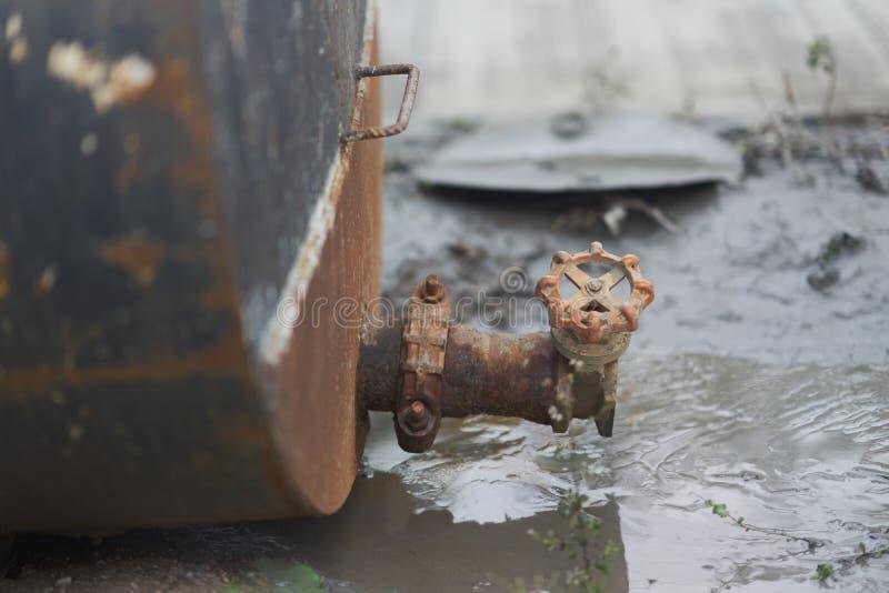 老生锈的轻拍或阀门从坦克 图库摄影