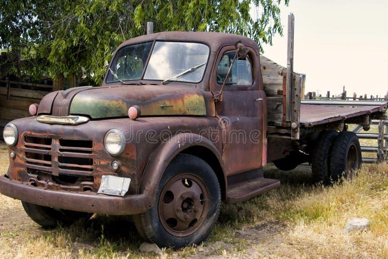 老生锈的退色的农厂卡车 库存照片