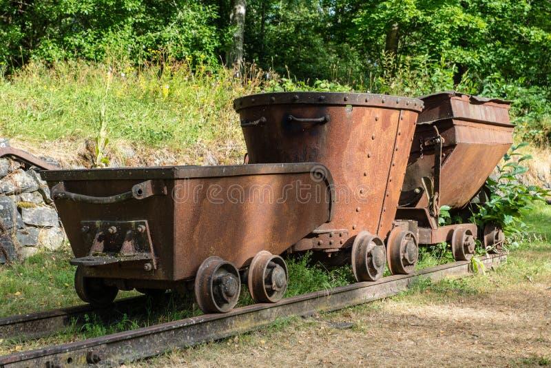 老生锈的采矿火车在阳光下 库存照片