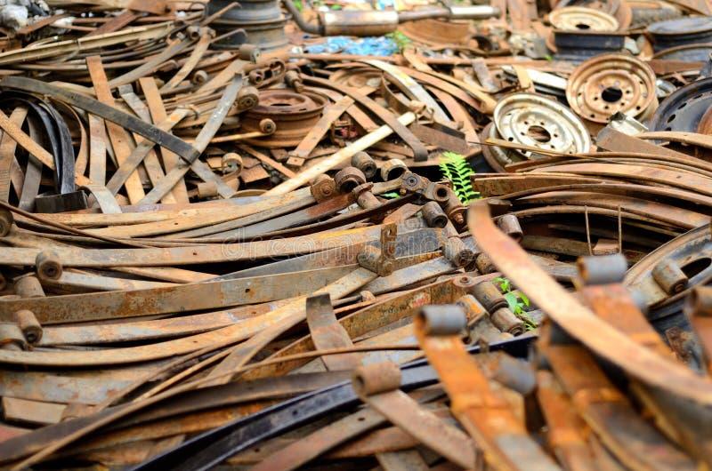 老生锈的金属卡车板簧堆  免版税库存照片