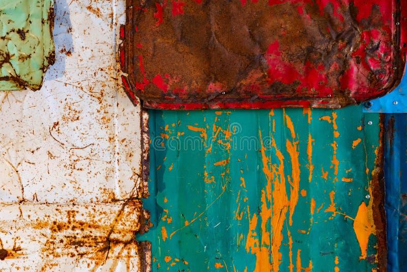 老生锈的金属背景纹理 五颜六色的老油漆表面难看的东西纹理 免版税库存照片