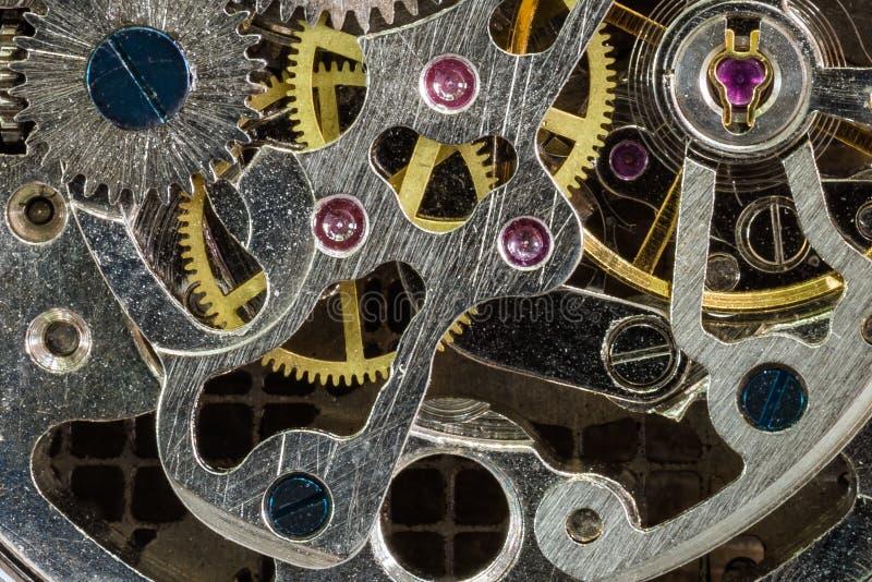 老生锈的金属自动上发条的时钟机制 免版税库存照片