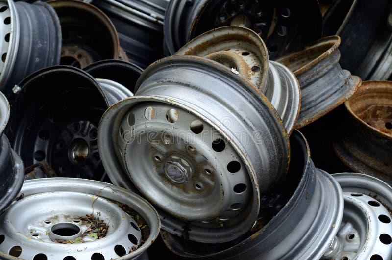 老生锈的金属轮子外缘堆  免版税图库摄影
