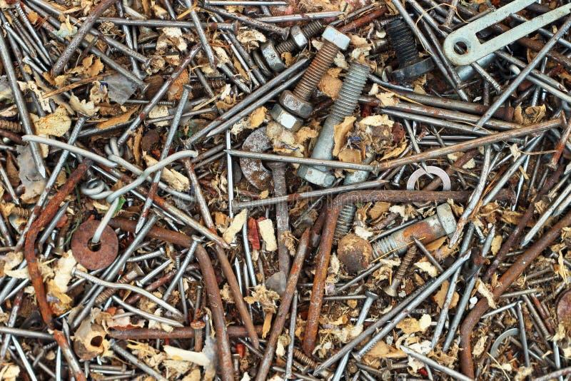 老生锈的金属钉牢螺拴螺母和螺丝作为背景 免版税库存照片