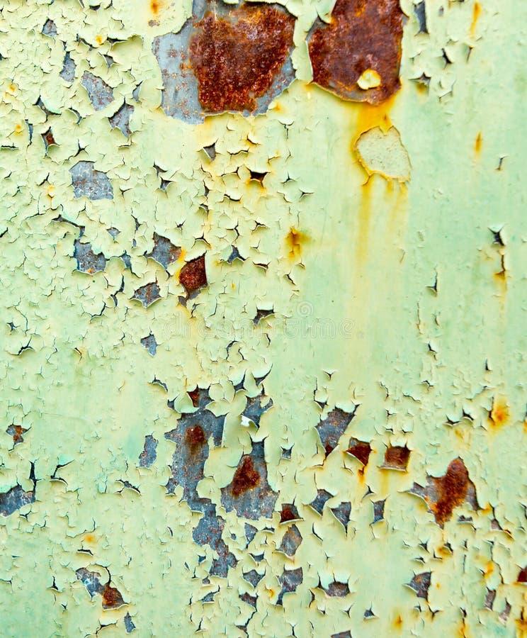 老生锈的金属绘与绿色油漆作为背景 免版税库存图片