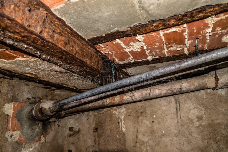 老生锈的钢结构和排水设备管子 免版税库存图片