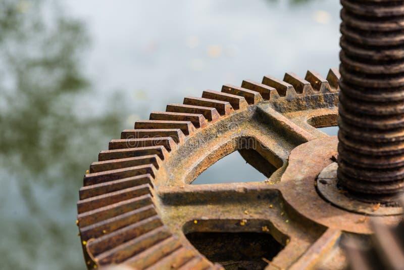 老生锈的钢齿轮特写镜头 库存图片