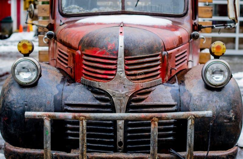 老生锈,但是可信任的种田的卡车 好老工作马和仍然在了不起的形状 免版税库存照片