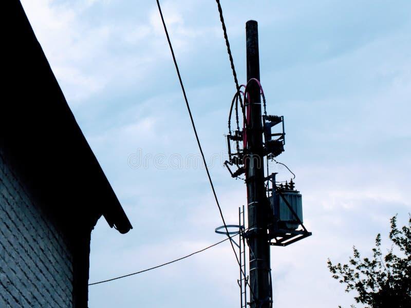 老电子杆,电话和电线在欧洲 免版税库存照片